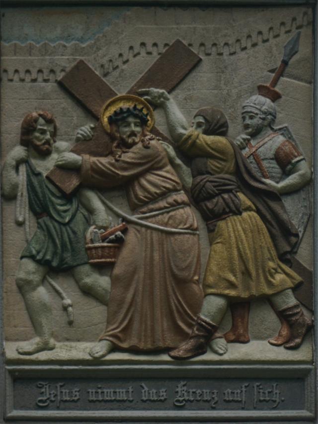 Jesus nimmt das Kreuz auf sich.