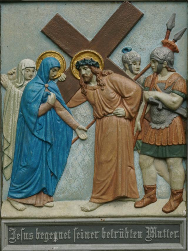 Jesus begegnet seiner betrübten Mutter.
