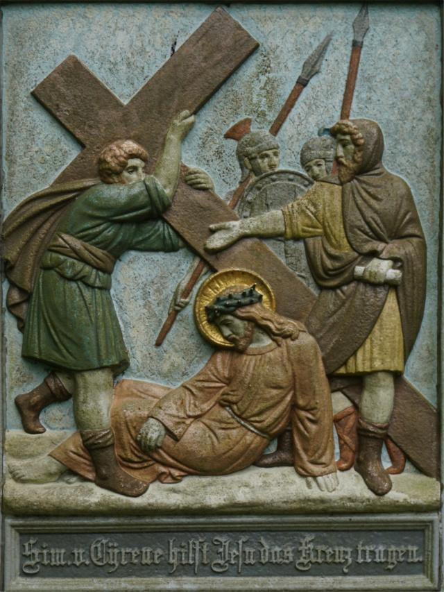 Simon von Cyrene hilft Jesus das Kreuz tragen.