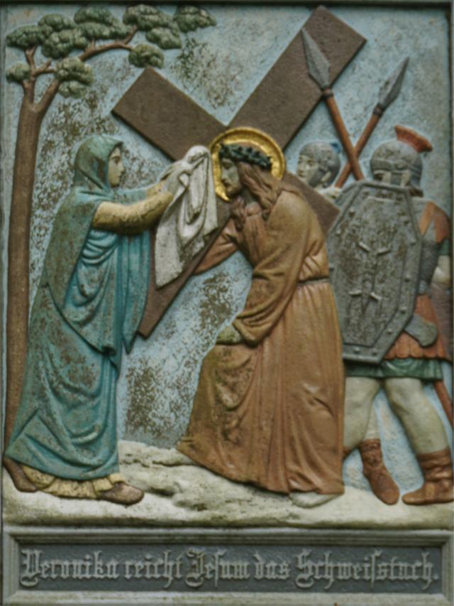 Veronika reicht Jesus das Schweißtuch.