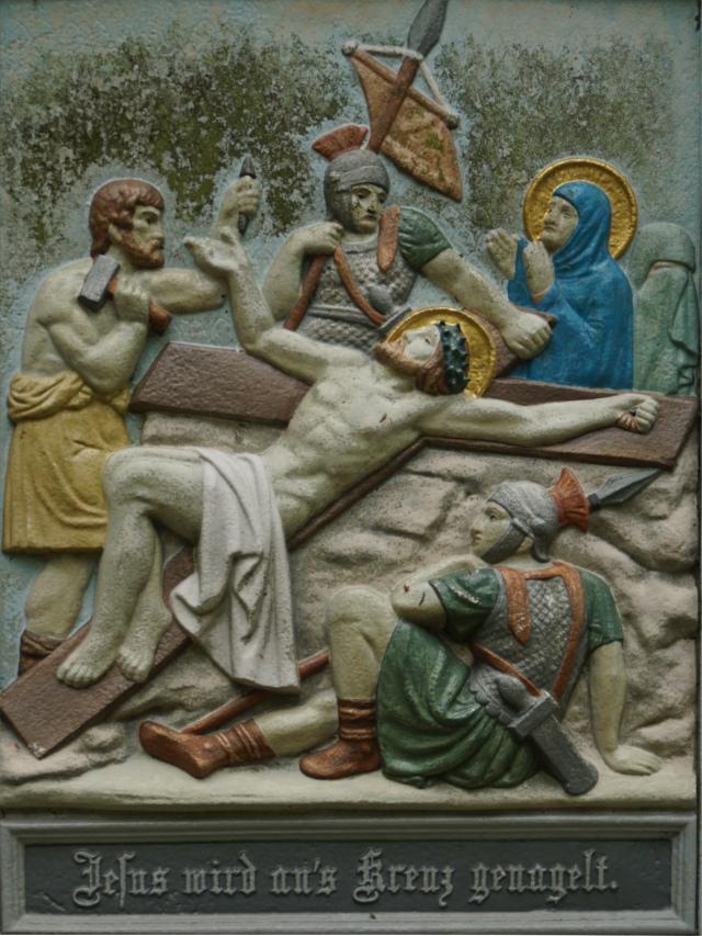Jesus wird an das Kreuz genagelt